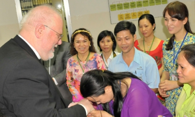 Kardinal Marx besucht Open Factory von Tatonka in Vietnam 04