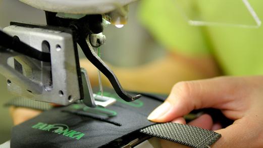 Die einzelnen Schnittteile des Rucksacks werden in einer unserer 42 Produktionslinien zum fertigen Produkt vernäht.