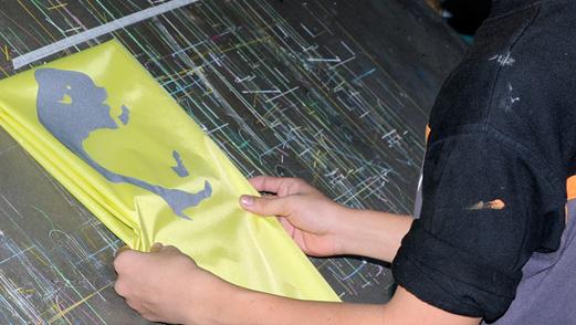 Logos und andere Elemente werden bei wasserdichten Stoffen im Siebdruck-Verfahren aufgebracht.